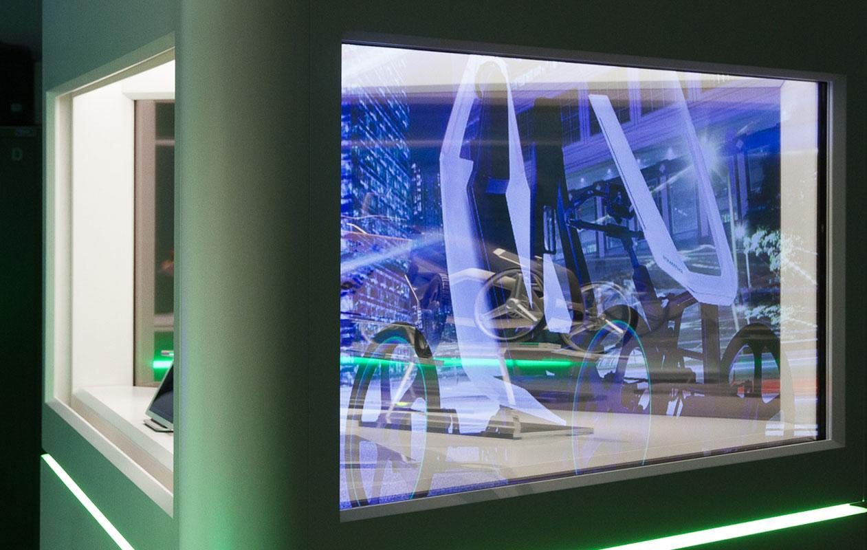 Vitrine mit OLED-Monitor in eingeschaltetem Zustand. Foto: axis, Thomas Kehrberger