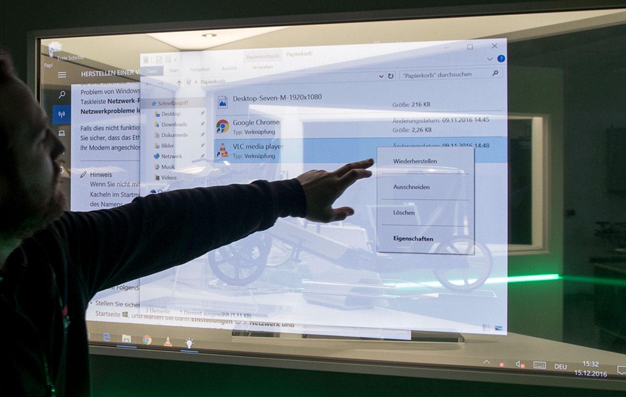 Interaktiv können vertiefende Informationen zu den Exponaten abgerufen werden. Foto: axis, Thomas Kehrberger