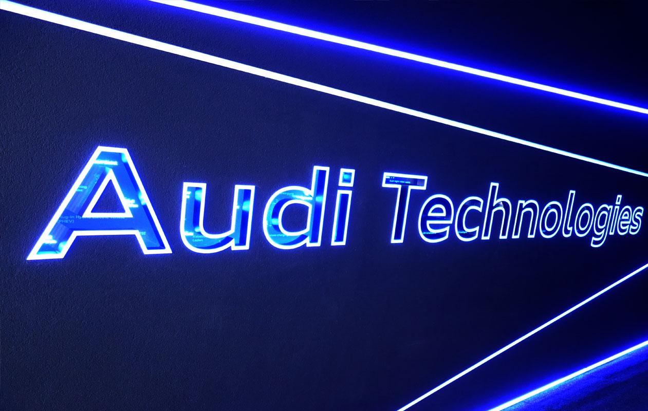 """Empfangen wurden sie vom leuchtenden Schriftzug """"Audi Technologies. Foto: axis"""