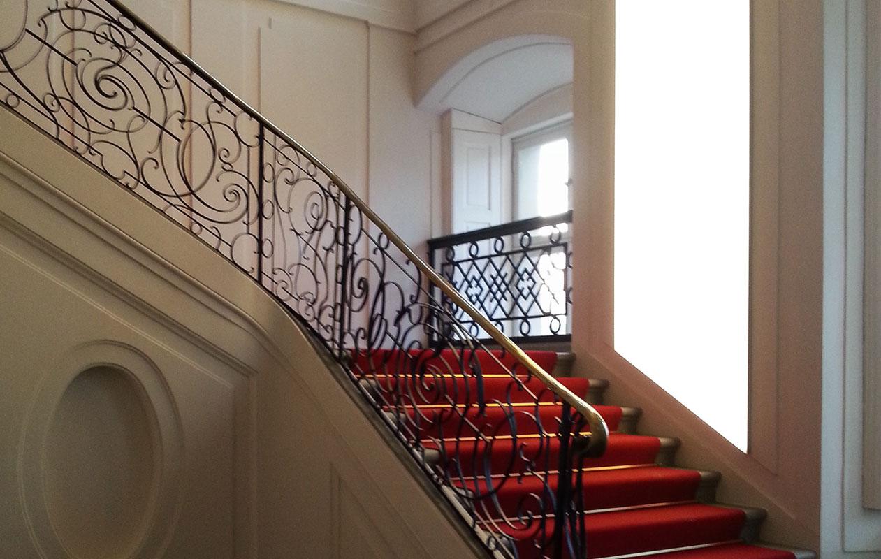Einsatz von großflächigen Lightpanels frameless zur Beleuchtung des historischen Treppenaufgangs. Foto: Schloss Ludwigslust, Jähnke