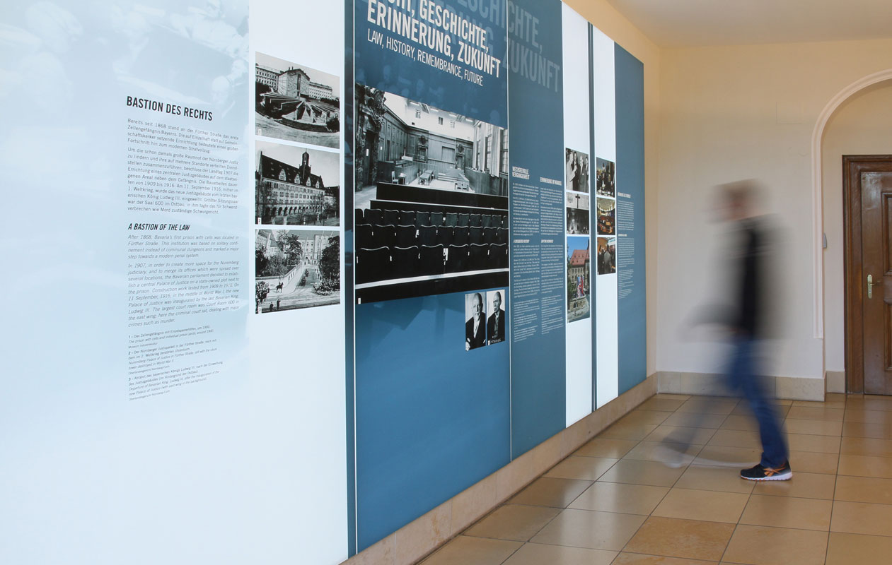 Lightpanel-Lichtwand im Eingangsbereich des Saal 600 aus aneinandergereihten Parallelogrammen ... Foto: axis, Thomas Kehrberger