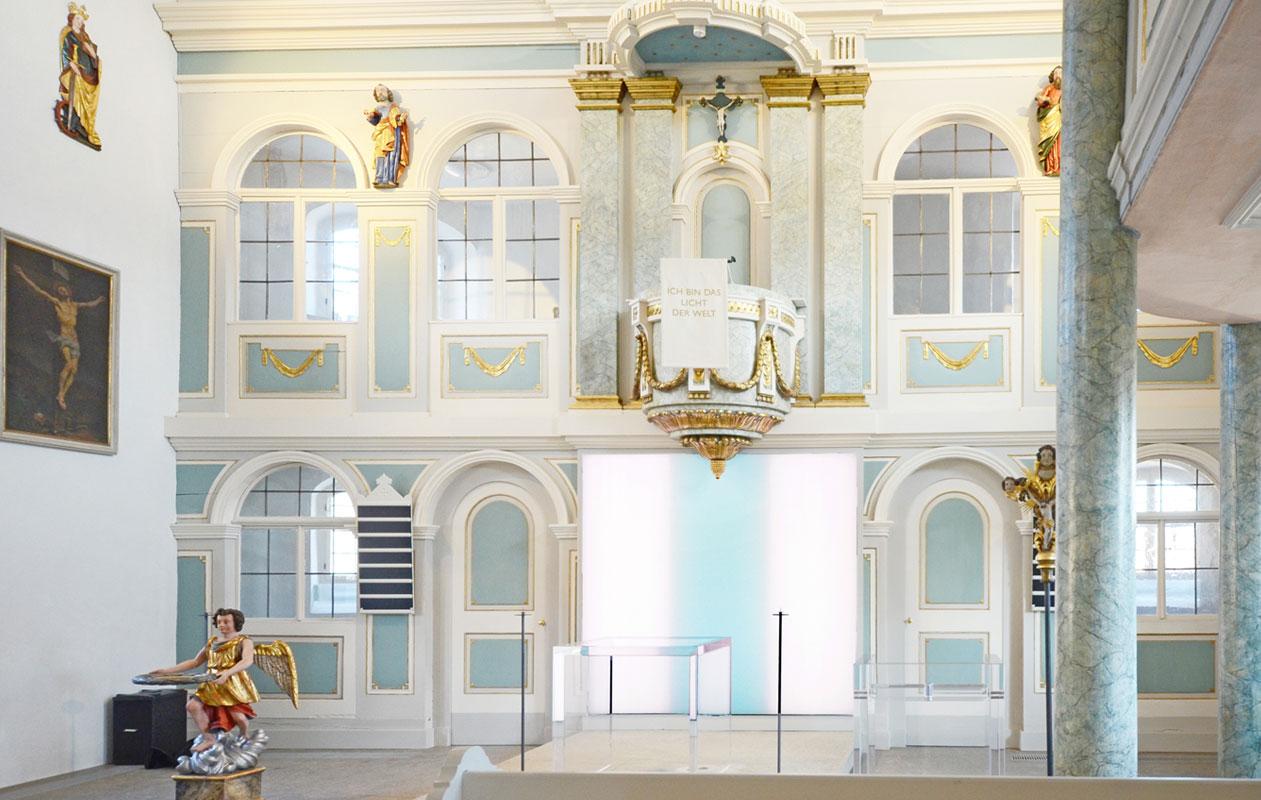 Altarbild nach einem Entwurf von Hanns Herpich, beleuchtet durch drei Lightpanels frameless in der Markgrafenkirche von Konradsreuth. Foto: axis