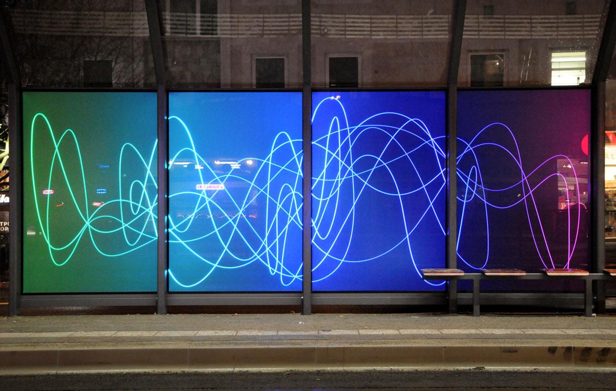 """Installation der Künstlerin Rita Krieg trägt den Titel """"Schwingungslinie in kaltem und warmem Farbverlauf"""". Foto: axis, Thomas Kehrberger"""