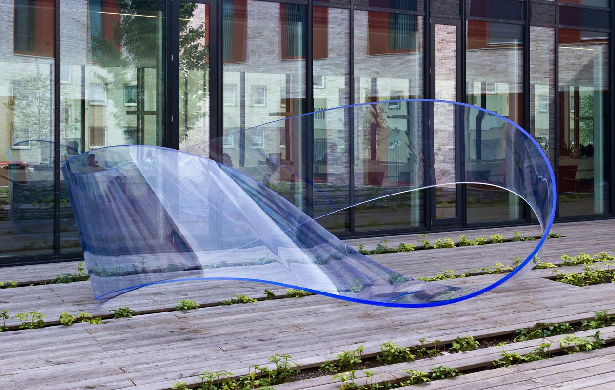"""Die Skulptur """"Loop"""", entworfen von Ulrich Bruescheke für den Innenhof des Finanzamtes in Fürth. Foto: axis"""
