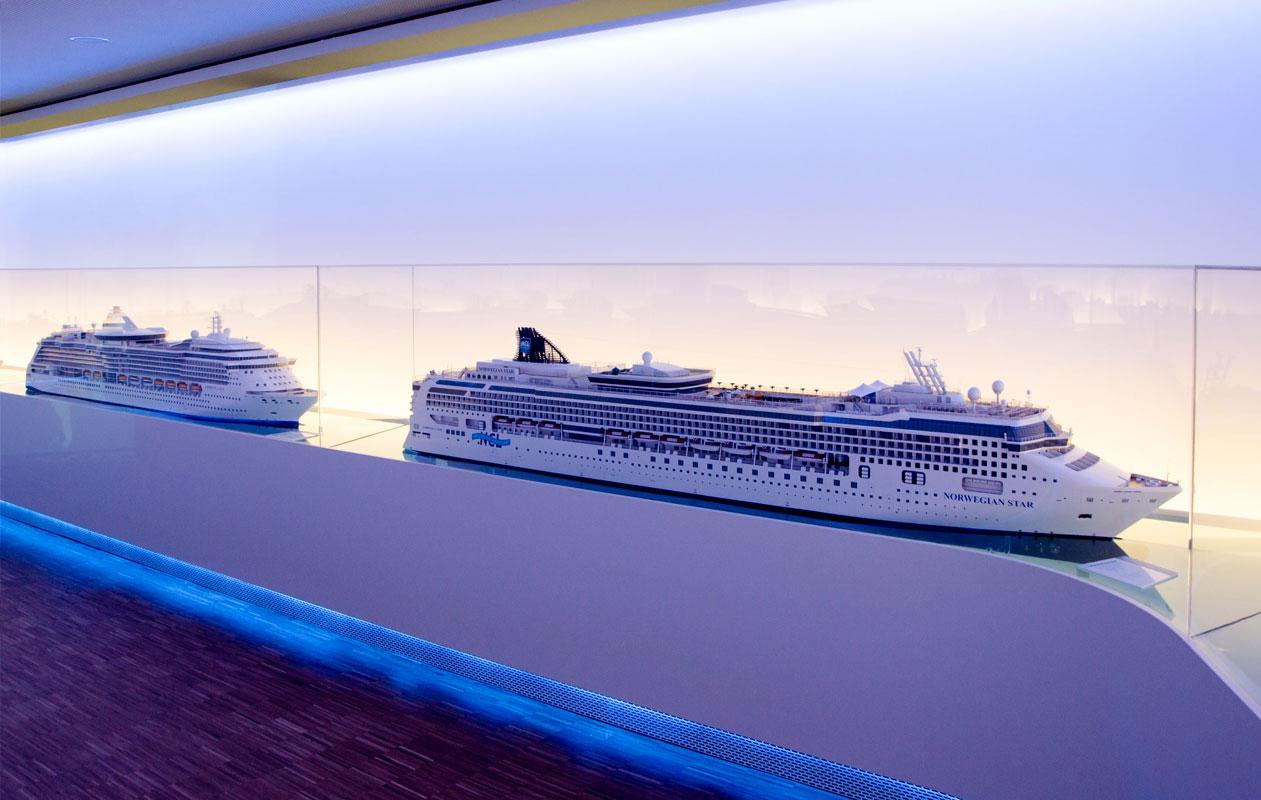 Der blaue Schein und die mäandernden Formen der Vitrinen versetzen den Besucher in die Welt der Ozeane. Foto: axis
