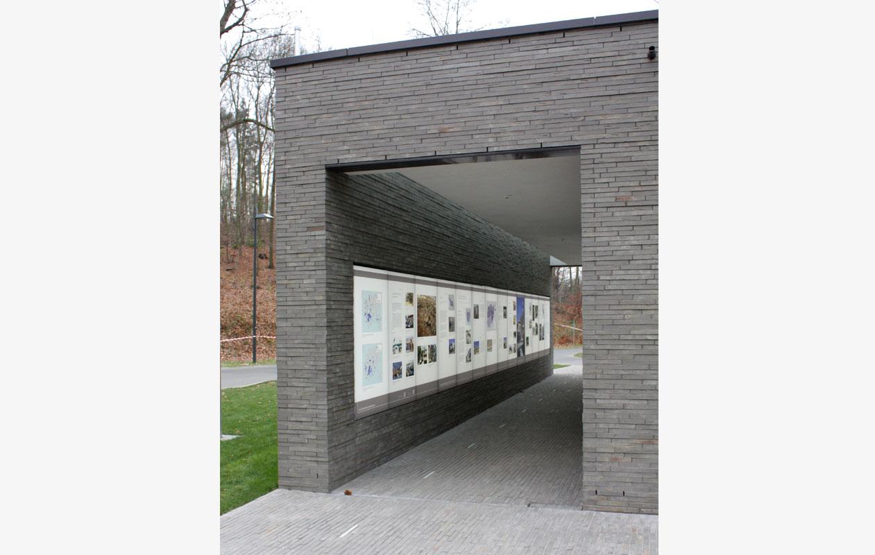 Jeder Besucher beginnt seinen Weg mit dem Durchschreiten des Empfangsgebäudes. Foto: Rüthnick Architekten