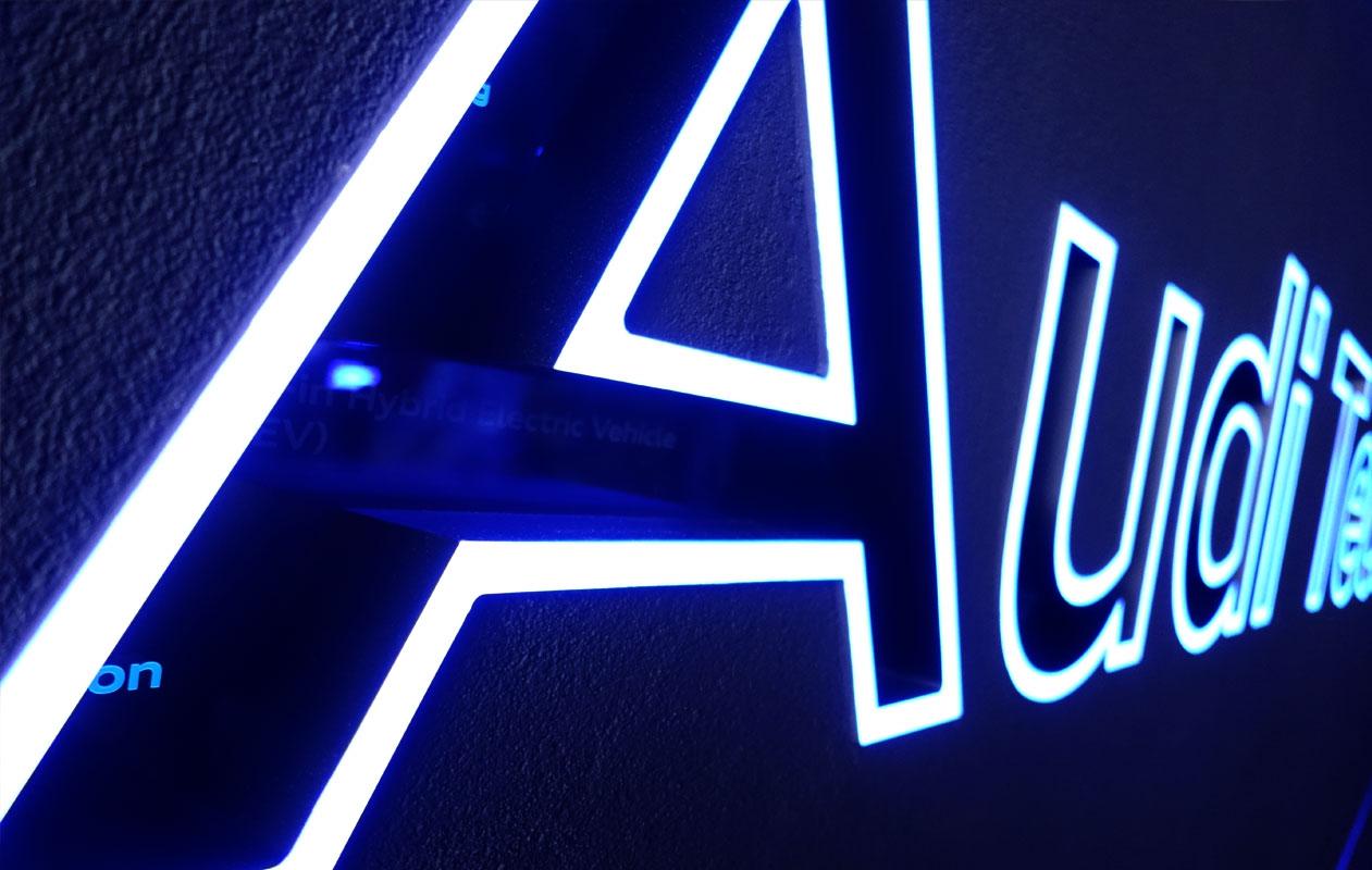In jedem seiner Buchstaben leuchten im Wechsel kleine Worte auf. Foto: axis