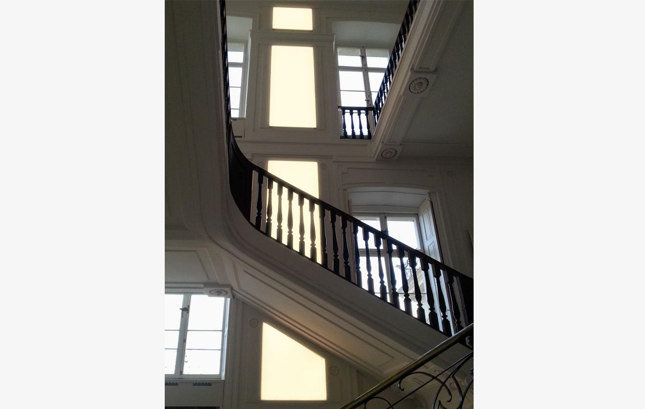 Entsprechend den denkmalpflegerischen Vorgaben wurden die Lichtflächen in die historische Wandvertäfelung integriert. Foto: Schloss Ludwigslust, Jähnke