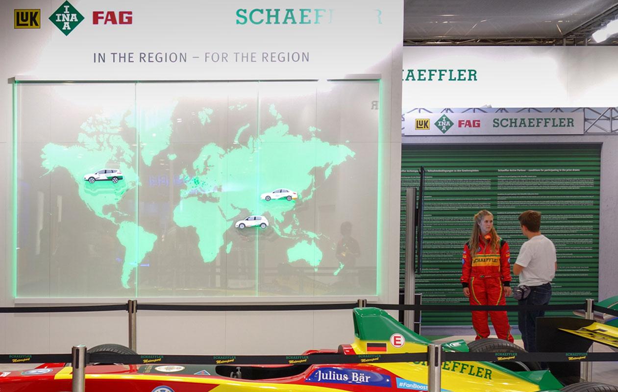 ... zeigt die Firmenstandorte von Schaeffler am Messestand auf der IAA. Foto: axis