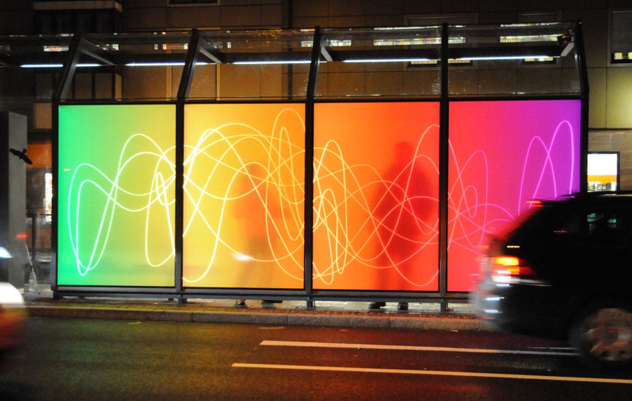 """Wie durch eine farbige """"Lichtwand"""" sind Umrisse und Lichter hinter der Glassscheibe difffus erkennbar. Foto: axis, Thomas Kehrberger"""