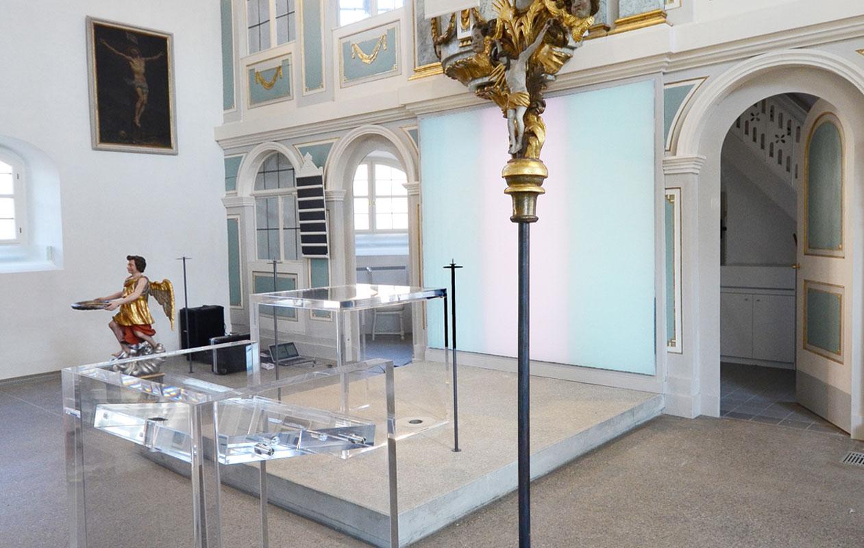 Der Altar und das Rednerpult sind aus 60 mm starkem Acrylglas gefertigt. Foto: axis