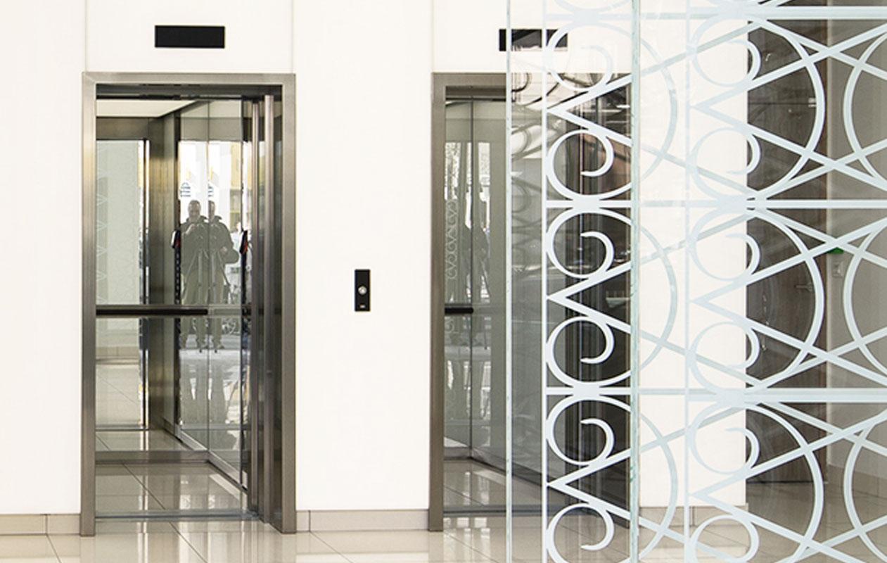 Die Aufzüge im Erdgeschoss und in der ersten Etage sind jeweils in eine große Lichtwand integriert. Foto: Luc Boegly