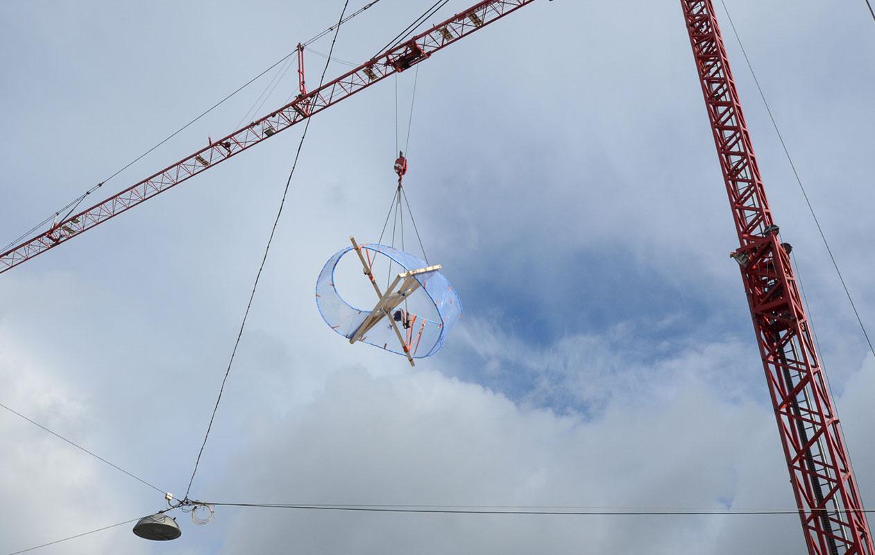 Das Möbiusband wurde bei axis fertiggestellt und im Ganzen transportiert. Ein Spezialkran machte es möglich ... Foto: axis