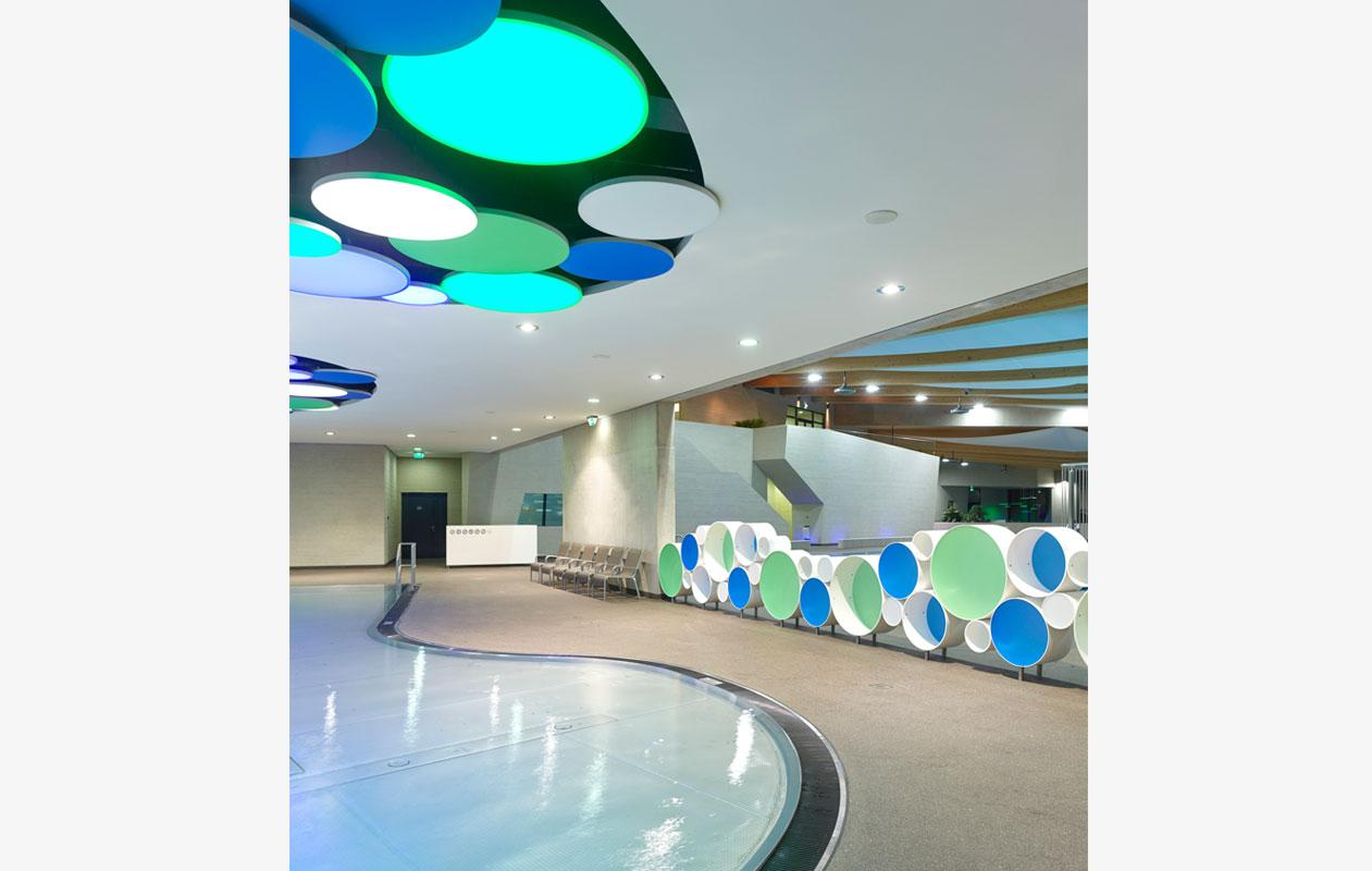 Auch das Regal besteht aus Iceplex-Scheiben und dient gleichzeitig als Raumteiler. M3 Architectes S.A.