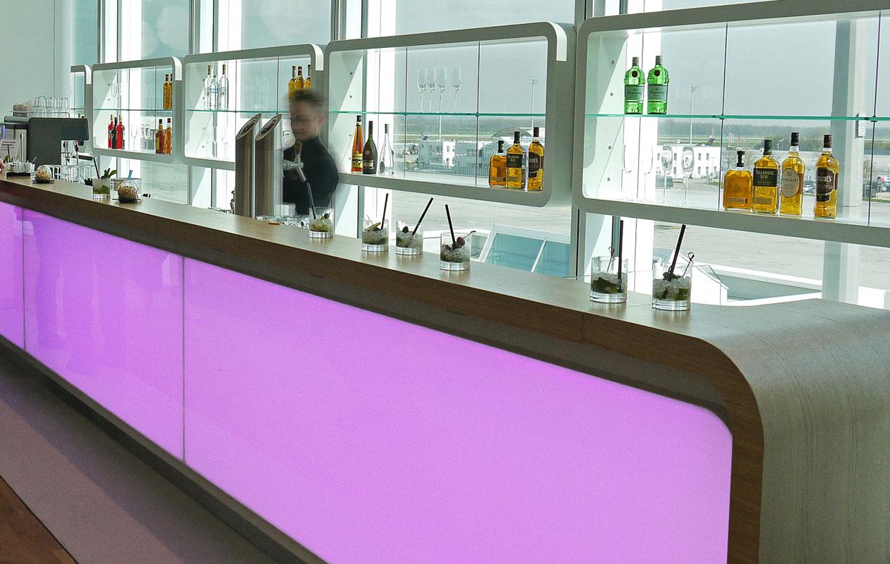 Die Thekenfront mit wechselnden Lichtfarben. Foto: S. Mentzel, www.loungeguide.net