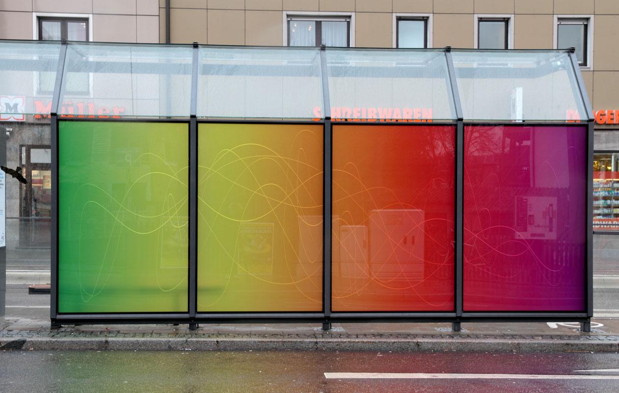 Auch tagsüber erscheinen die Glasscheiben transluzent. Foto: axis, Thomas Kehrberger