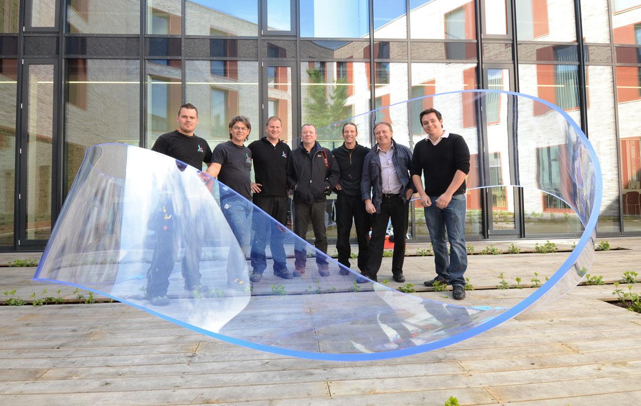 Das axis-Team nach vollendetem Aufbau; in der Mitte der Künstler Ulrich Brüschke. Foto: axis