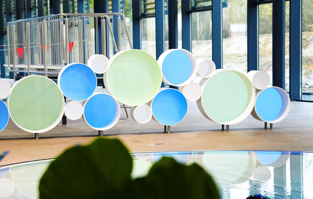 Auch das Regal besteht aus Iceplex-Scheiben und dient gleichzeitig als Raumteiler. Foto: Hubert Schmitt
