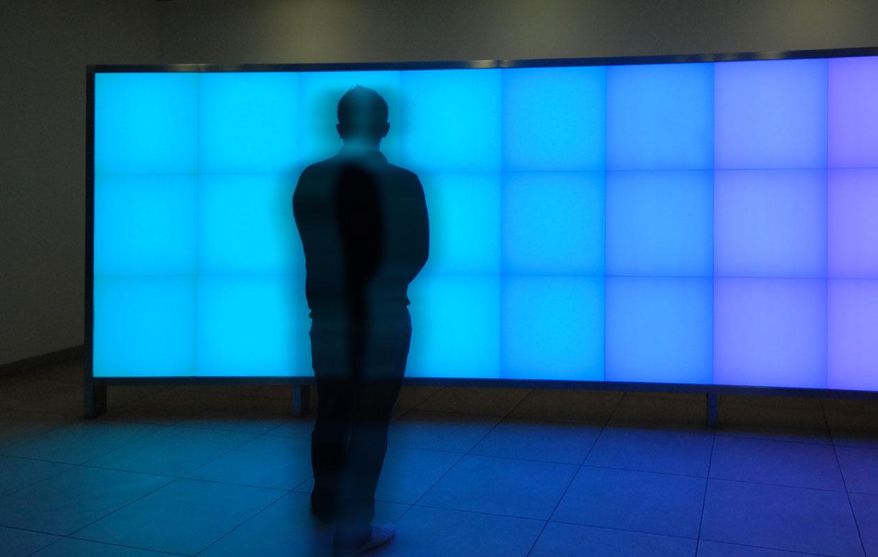 Lichtinstallation im Eingangsbereich: LED-RGB-Lichtwand mit 24 einzeln ansteuerbaren Lichtflächen in geschwungener Edelstahlkonstruktion. Foto: axis