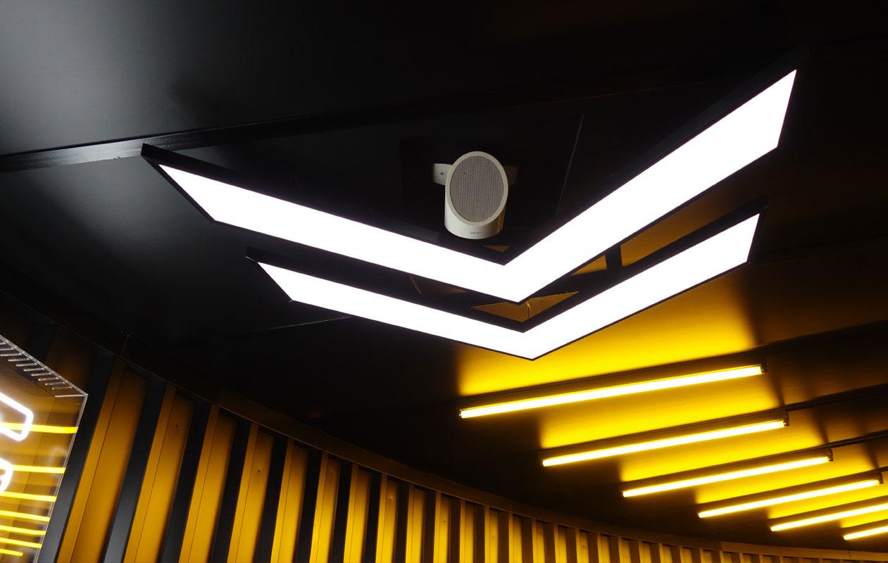Für die Decken wurden Lightpanels als Leuchtpfeile individuell konstruiert. Foto: axis