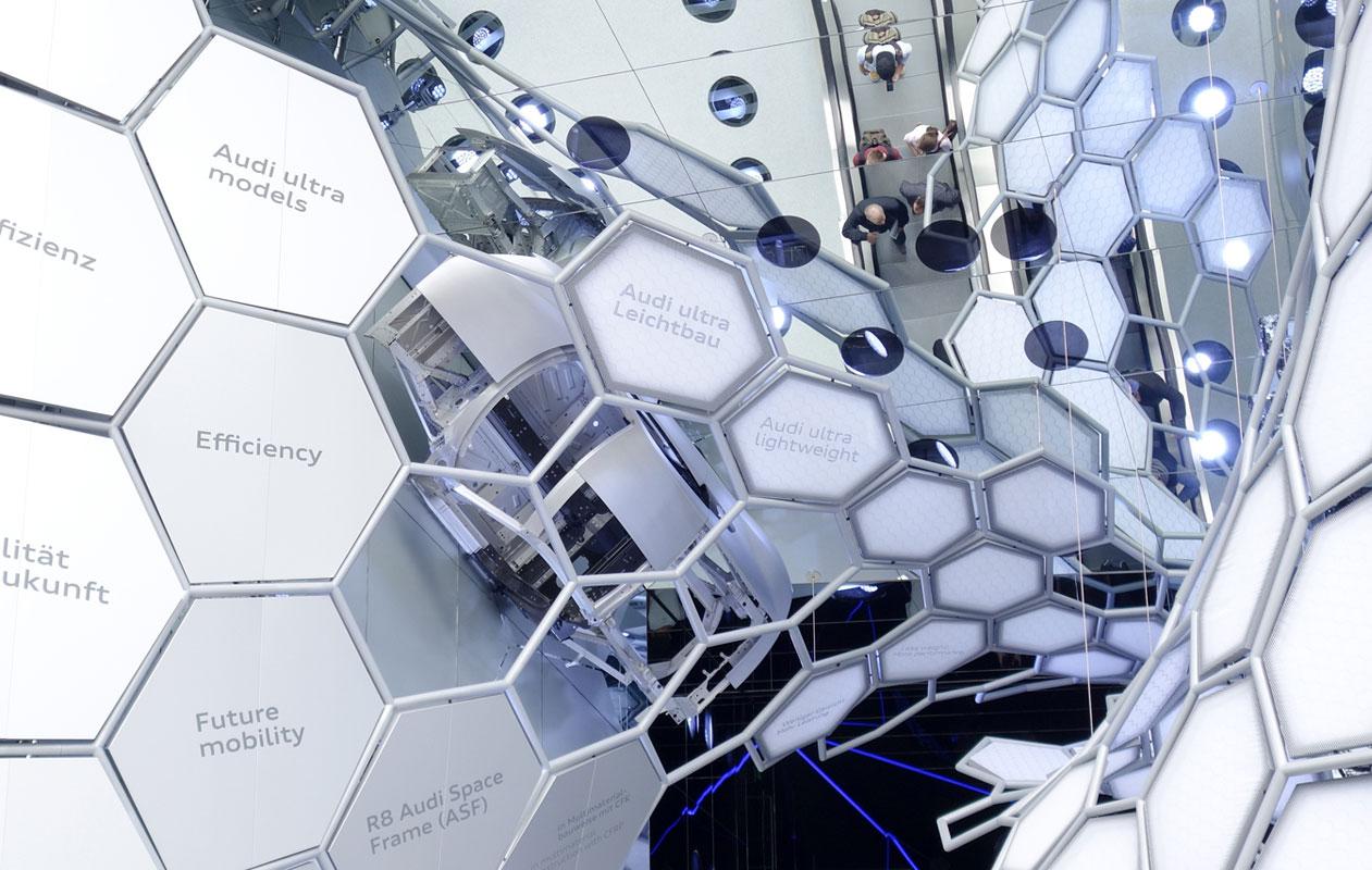 """Besucher gelangen über eine Rolltreppe in den Audi """"Experience-Walk"""". Foto: axis"""