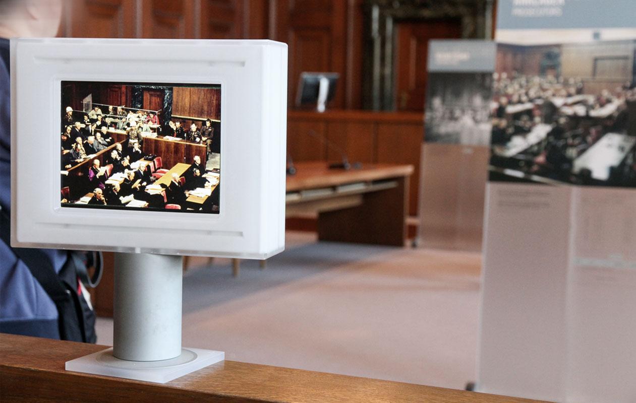 Transportable I-Pad-Halterungen aus Acrylglas. Foto: axis, Thomas Kehrberger