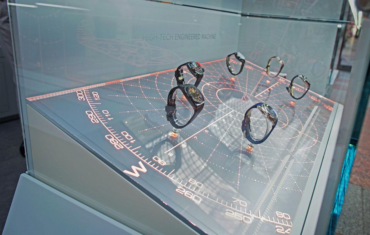 Lightgraphic in den Uhrenvitrinen aus transparenten Acrylglasscheiben. Die Halterungen für die Uhrenmodelle sind direkt darauf befestigt. Foto: axis