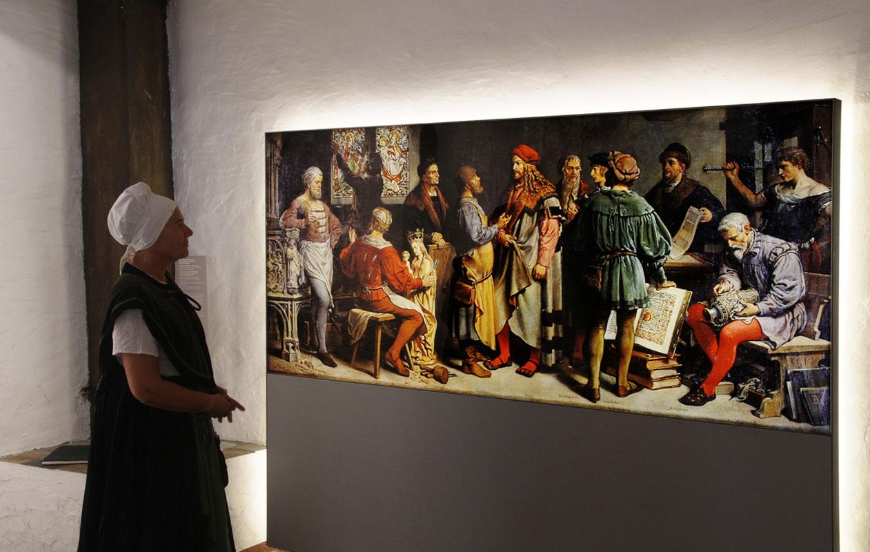 Dank brillanter Farbwirkung und homogener Leuchtkraft beherrscht dieses Wandgemälde optisch den Eingangsbereich des Dürer-Hauses. Foto: axis, Thomas Kehrberger