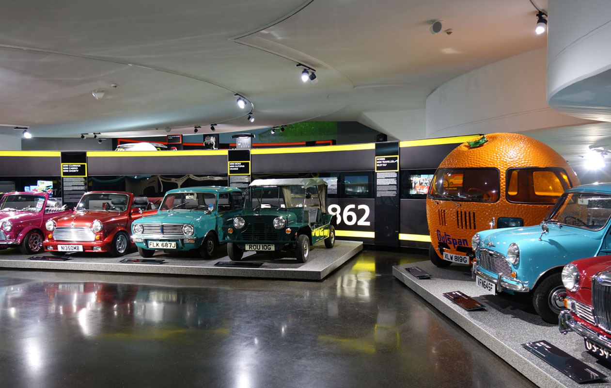 Lightpanels als Info-Stelen leiten den Besucher durch die Ausstellung. Foto: axis