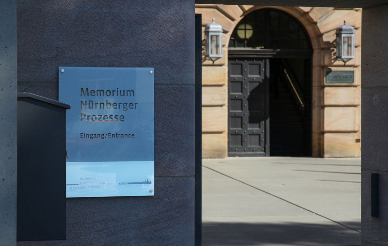 "Eingang zum Museum ""Memorium Nürnberger Prozesse"". Foto: axis, Thomas Kehrberger"