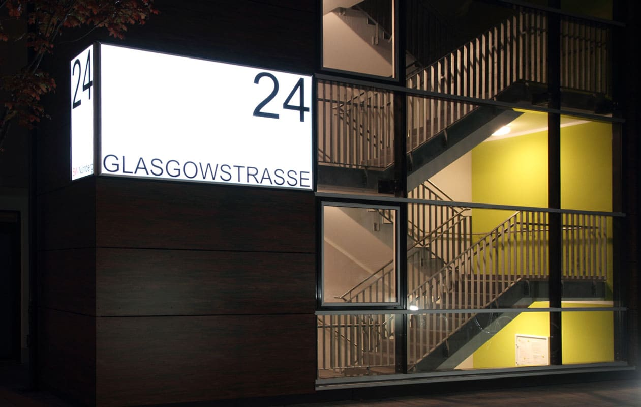 Lightpanel-Leuchtschilder mit Glasoberfläche, geschützt vor Witterungseinflüssen und Beschädigungen. Foto: axis, Thomas Kehrberber