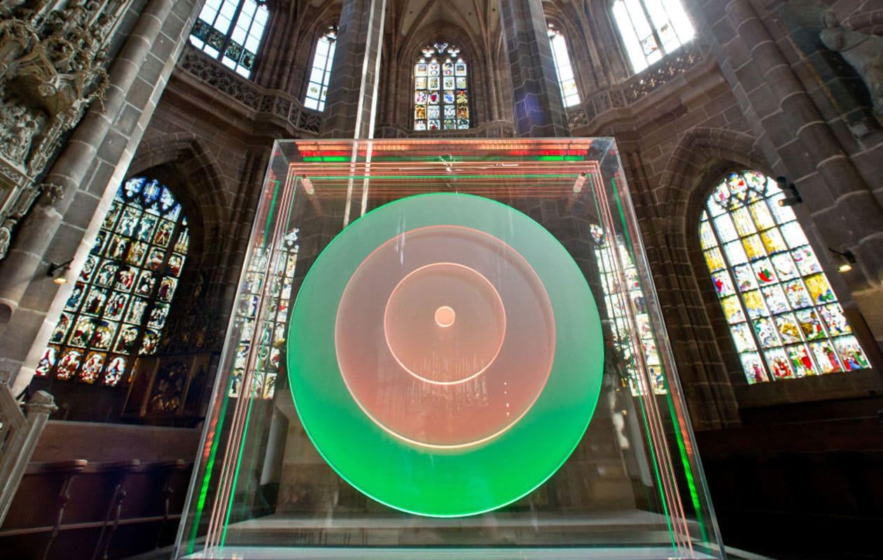 """Kinetisches Lichtobjekt """"Kreise/Zentrum"""" für die Ausstellung """"SpielRaum Reformation"""" in der Nürnberger Lorenzkirche. Foto: Rita Kriege"""