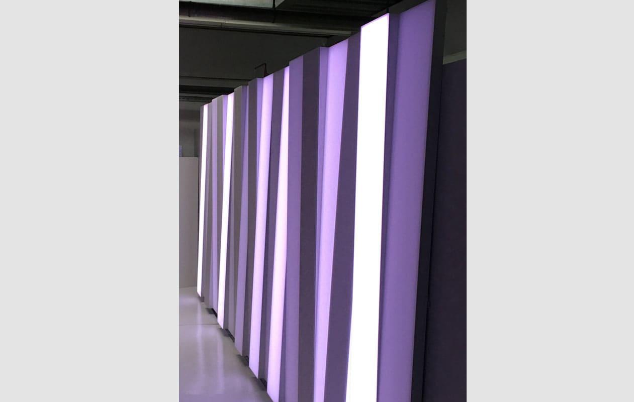 23 Lichtstelen aus Lightpanel cover mit schräg aufgesetzten Hauben. Foto: axis