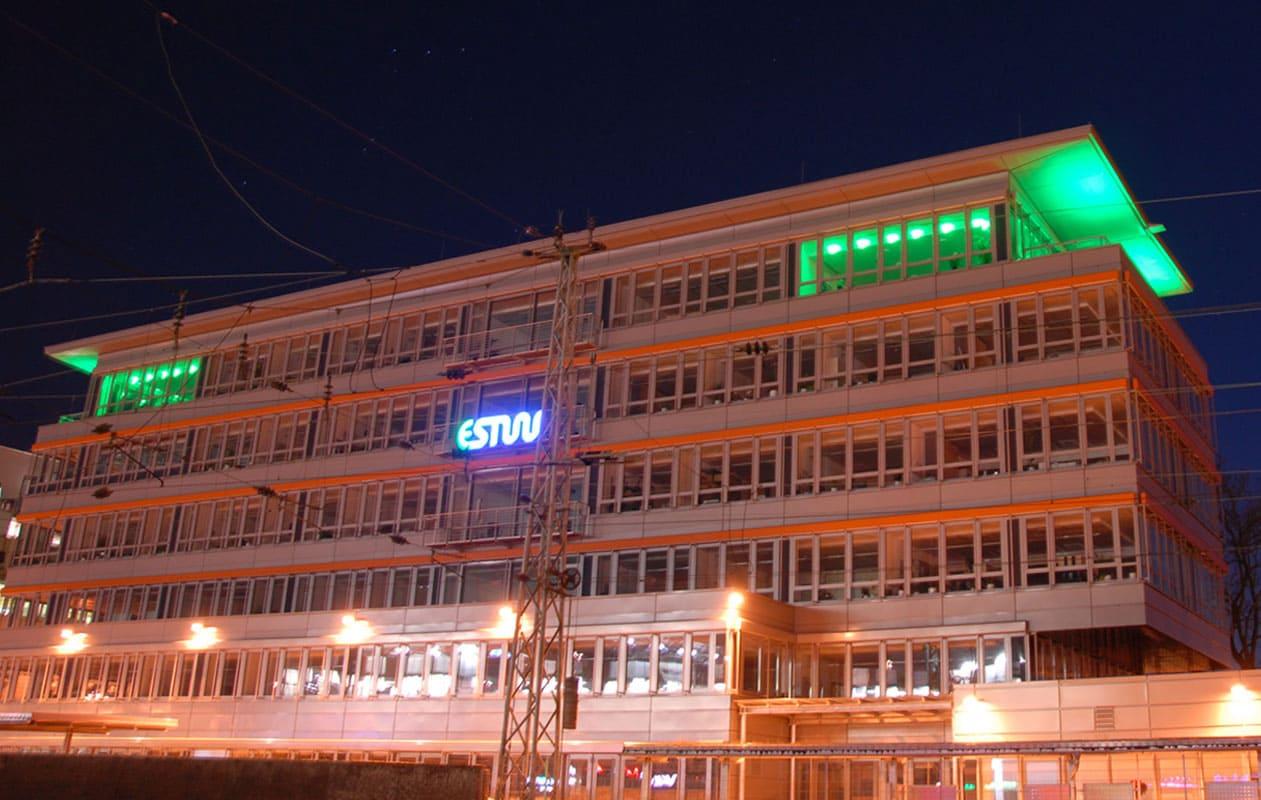 Mit LED-Lichttechnik in RGB wurden die Vorstands-Besprechungsräume und ein Teil der Außenfassade in den obersten Stockwerken beleuchtet. Foto: axis