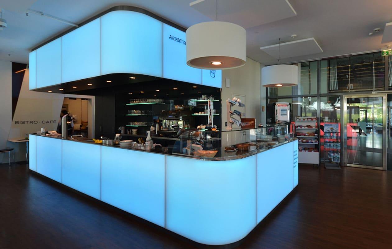 """Theken aus individuell gefertigten Lightpanels RGB in der Lobby und  im Café """"sichtbar"""" in der EWE-Zentrale im Weser-Tower, Bremen"""