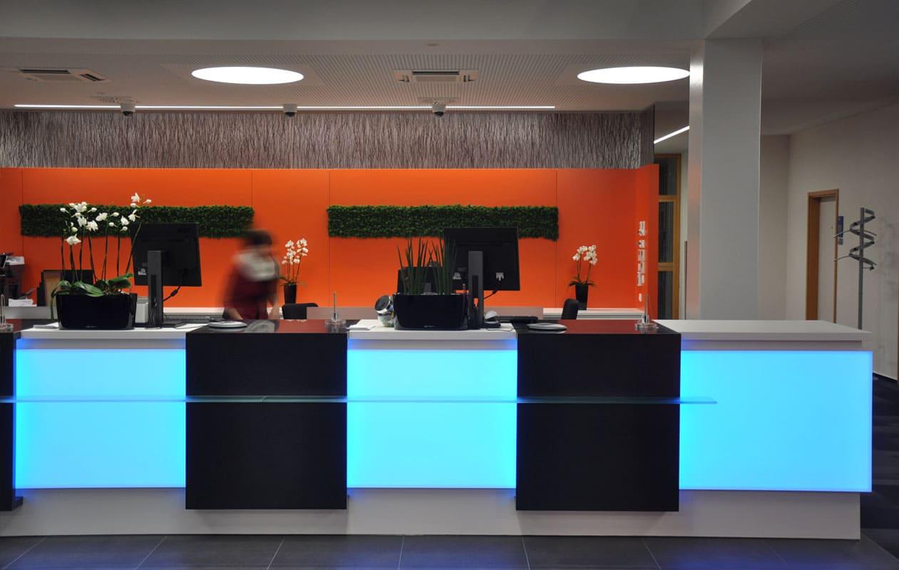 Fronten aus Lightpanel frameless sind das Highlight an den Beratungscountern. Foto: Schatz Projectplan GmbH, Schorndorf