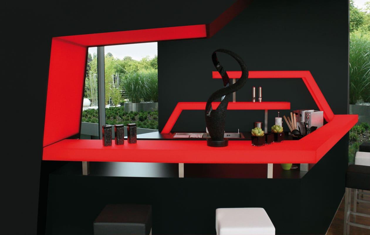 Individuell gefertigte Designer-Theke aus rotem Iceplex, beleuchtet mit Lightpanel-Technik. Foto: axis