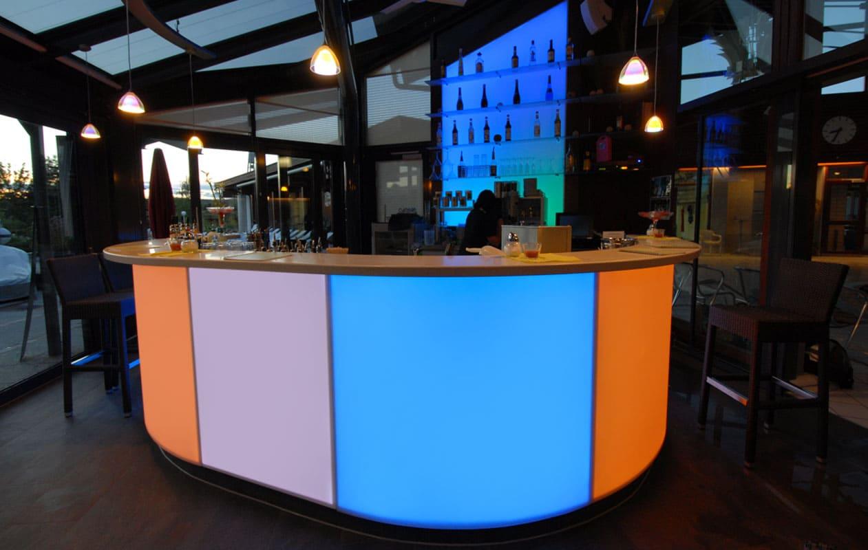 Thermisch geformte, einzeln ansteuerbare Lightpanels RGB als Thekenelemente. Foto: axis