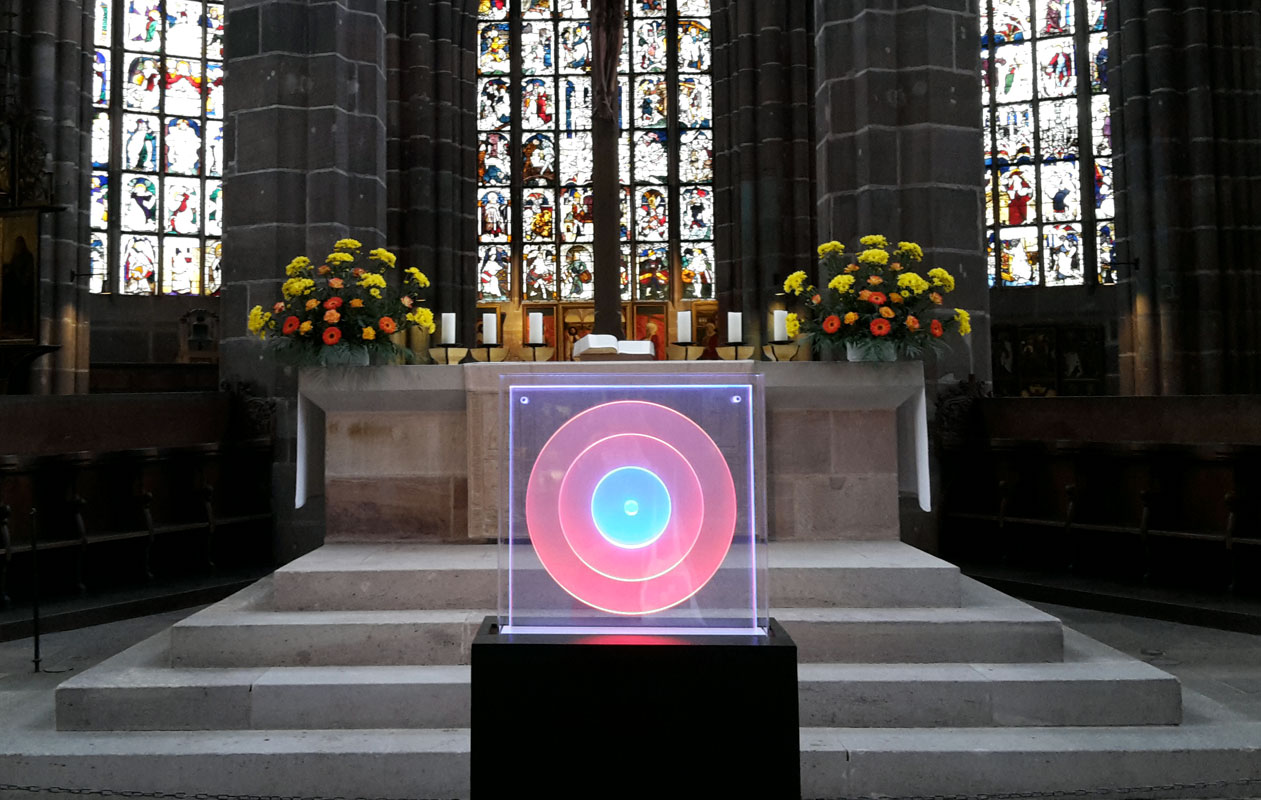 """Kinetisches Lichtobjekt """"Kreise / Zentrum"""" für die Ausstellung """"SpielRaum Reformation"""" in der Nürnberger Lorenzkirche. Foto: Rita Kriege"""