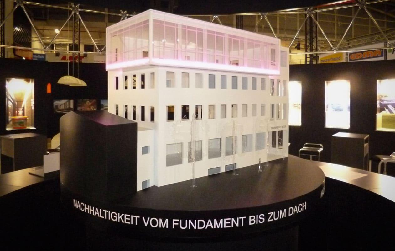 Beleuchtbares Architekturmodell aus Plexiglas® und anderen Kunsttoffen auf dem SIKA Messetand der BAU in München. Foto: axis
