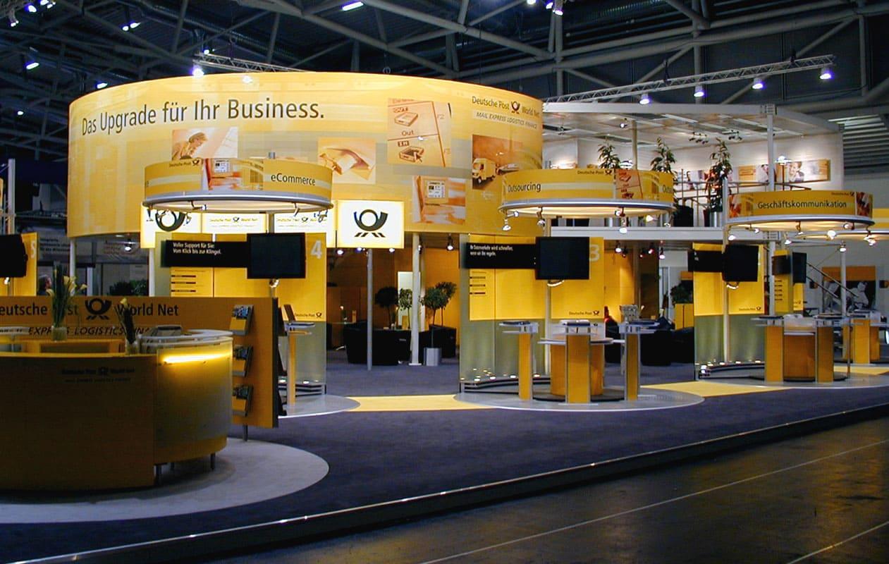 Counter mit Lichtelementen am Messestand der Deutschen Post auf der CeBIT.