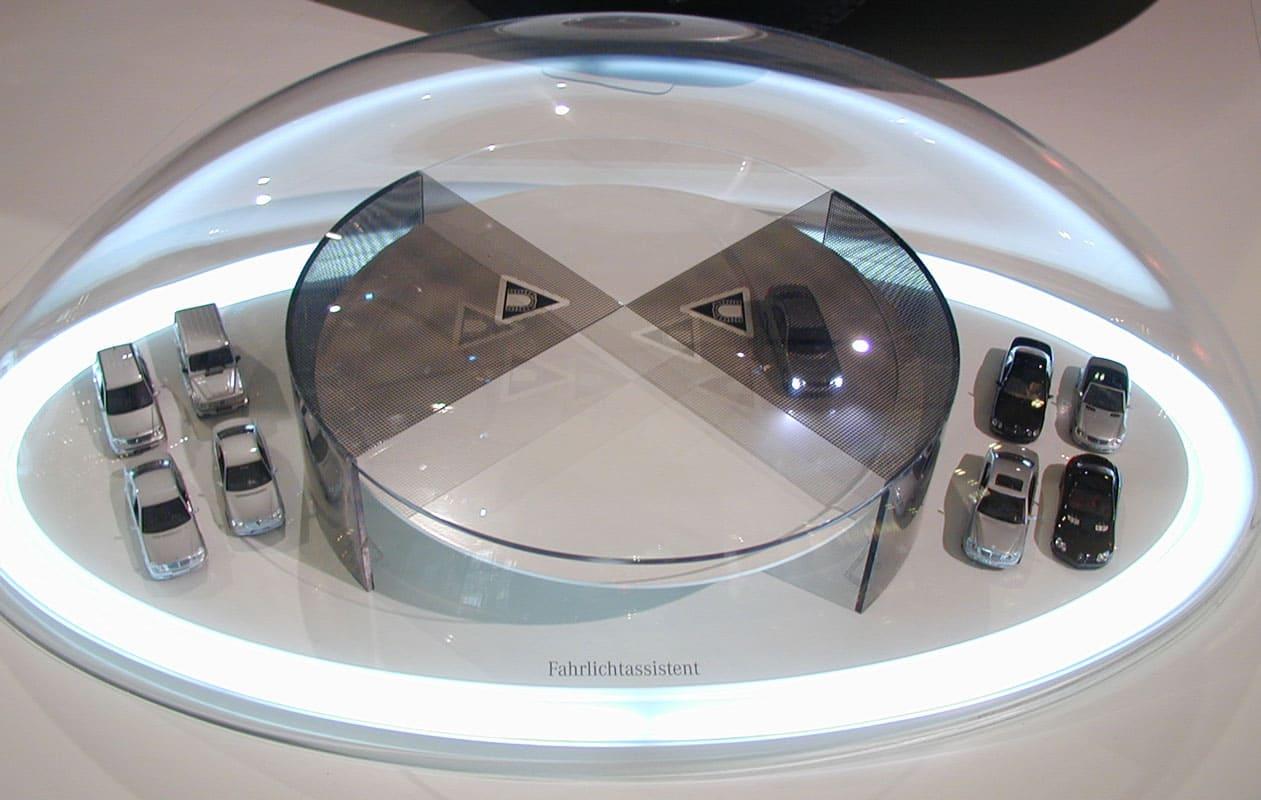 Funktionsmodelle wurden in gewölbten Hauben aus warmverformtem Acrylglas präsentiert und mit LED-Lichttechnik in Szene gesetzt. Foto: axis