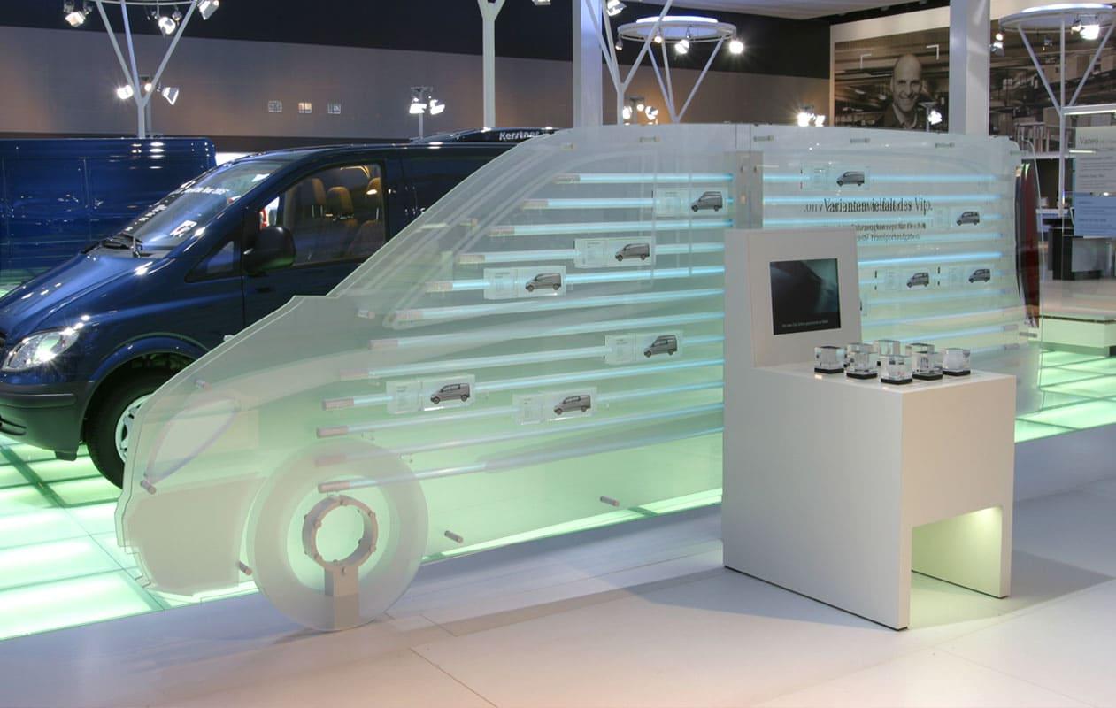"""Leuchtschaubild aus lasergraviertem, mit LED-Lichttechnik beleuchtetem Acrylglas und """"Hands-on""""-Modell. Foto: axis"""