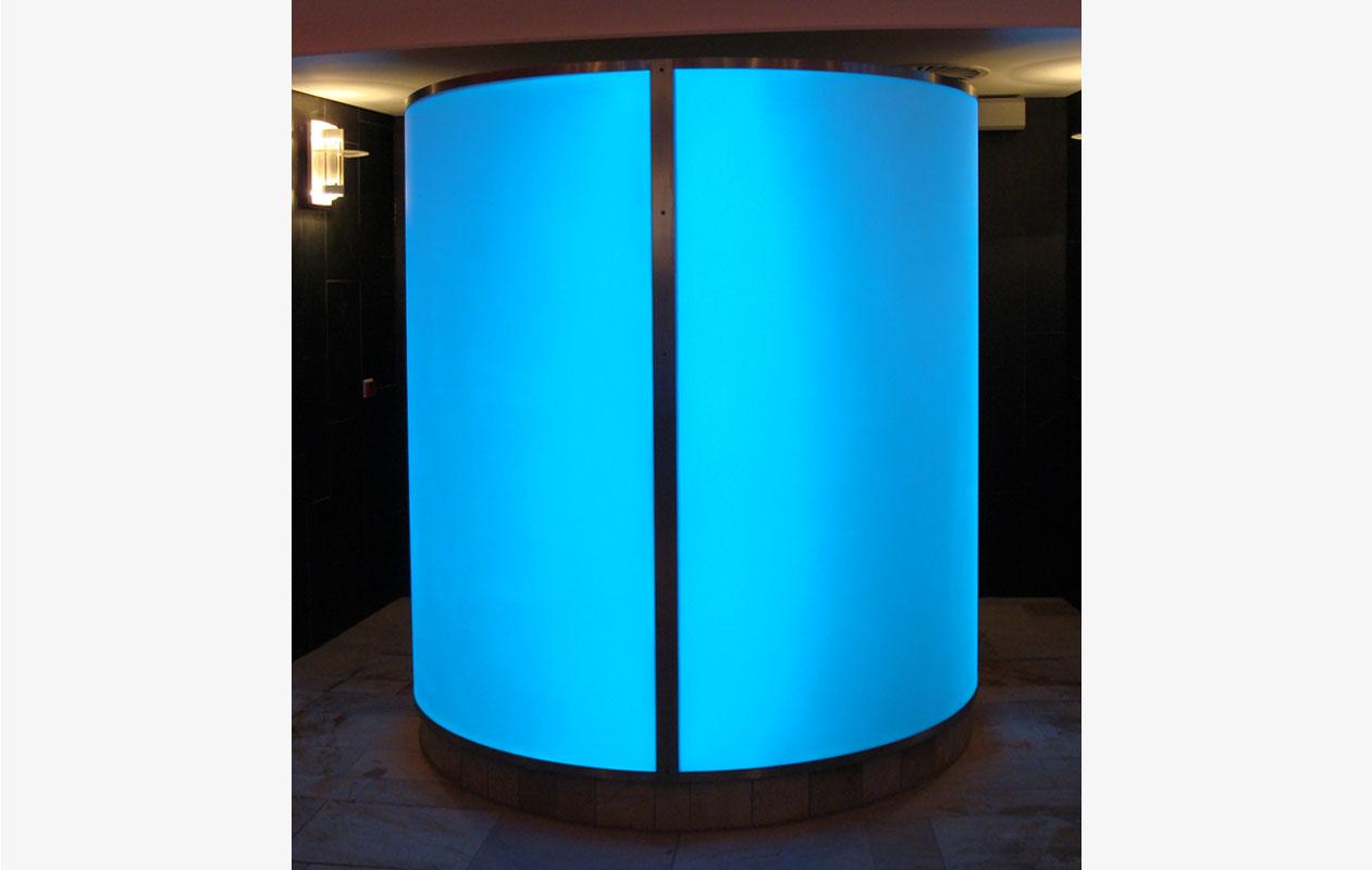 Stimmungsvolle Lichtsäule, individuell gefertigt aus thermisch verformten Lightpanels. Foto: axis